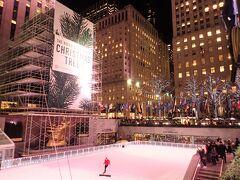 12/4に点灯式が行われる予定のクリスマスツリー。 この時はまだ足場を組んで準備中です。