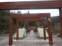 R153号線沿いに観光案内が有ります長野県根羽村の月瀬の大杉に立ち寄ってみます。まずこの吊り橋を渡って川を渡ります。