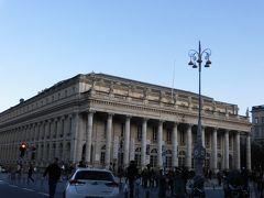 ボルドーの「大劇場」は、コメディー広場にあります。 12本の円柱の上に像が並んでいて、とても優雅な雰囲気です。   パリのオペラ座の設計者「シャルル・ガルニエ」に影響を与えたそうです。