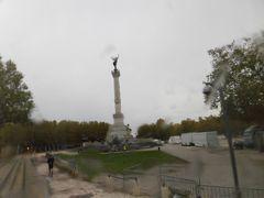 雨の中、「カンコンス広場」 の「ジロンドの記念碑」