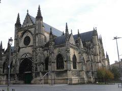 「サンミッシェル教会」  大きな教会。  教会前の「サンミッシェル広場」では市が開かれるそうです。  行った時は何も行われていませんでした。  このあたり、スリに気をつけます。