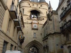 「大鐘楼」   大通りから少し入った所にある門。  時計がついています。