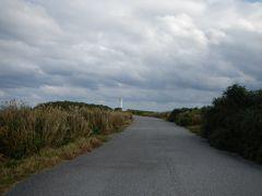 そして宮古島最東端「東平安名崎」へ。  一帯が公園になっていました。 広い駐車場に車を停めて灯台目指して歩きます。