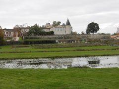 どのシャトーも、もう一つの意味「城」のような外観です。     こちらは「シャトー・ラフィット・ロートシルト」 一級の格付けを持つ「五大シャトー」の一つです。   広大な敷地で素晴らしいです。