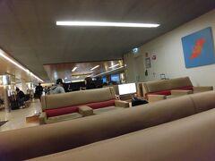 パリの空港にJALのラウンジは無いので、エールフランスのラウンジを案内されました。  広いです。