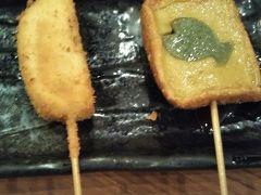 左 クリームチーズの味噌漬けの串揚げ 右 生麩田楽の串揚げ
