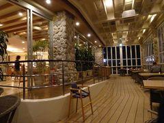 夕食は、ホテル内のアクアベル オールデイダイニングにて夕食ブッフェをいただきます。IHGプラチナ会員だからか、良い席に通されました。