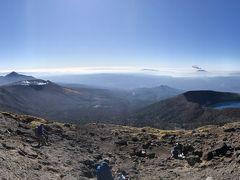 到着しました。 すごい絶景! 左に、前回登った高千穂、その手前に新燃岳。なんと、白煙を上げているところがしっかりと見えました。右に大波池、そして、その奥に、桜島! ここは日本か!? インスタに乗せたら、イイネいっぱいもらいました(笑)