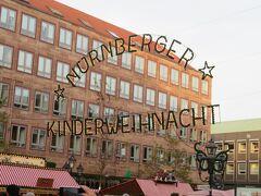 ニュルンベルグのクリスマスマーケットにやって来ましたー(^o^)丿  時間は夕方4時前で、人はそんなに多くなかったです。