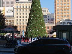 ユニオンスクエアには、もう、クリスマスツリー?が飾られています。 坂の街とは聞いていましたが、確かに坂ばっかり。スーツケースを引いて ようやくホテルへチェックイン。 荷物を置いて、早速次の目的地へ向かいます。