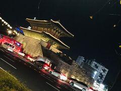 こんなに何度もソウルに来てますが・・・ 初めて見ました興仁之門~  寒くて・・ぱっと撮ったら地下鉄でホテルへ戻ります~^^