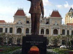 グエンフエ通りのホーチミン像。観光客として訪越して初めて写真を撮りました。