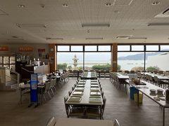 海の見える広い食堂です。