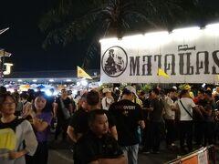 タイカルチャーセンター駅で下車したら、人の流れに乗って市場へ。 中国人団体客がたくさんいて混雑しています。 黄色い旗は団体客の証。