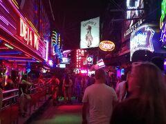 夜の名所ソイカウボーイもハロウィンのコスプレで華やかでした。 明日はバンコク訪問の目的、地獄寺を目指します。