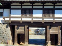千曲と言えば、武田の城。小諸城址の懐古園は外せません。 裏側からの写真ですが、まずは重厚な三の門です。
