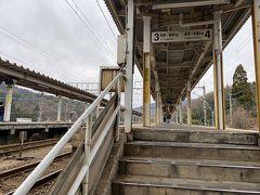 近江塩津駅はホームにベンチもなく、寒々しい駅でした。20分ほど屋根のある通路で時間を潰します。