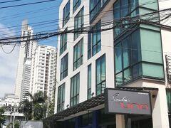バンコク滞在中の宿はアソーク交差点にほど近い、Sacha's UNOホテルです。 部屋の準備がまだできていなかったので、荷物を預けてランチへ。