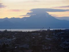 4日目の朝、ホテルの部屋からの眺め。雲をいただいた大山が見えます。