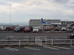 米子鬼太郎空港が見えます。 8:15到着便から大勢の旅客が乗り込みます。
