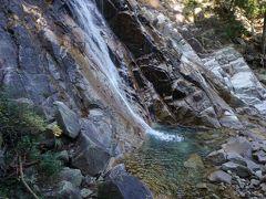 しかし、見えてきましたよ~ 滝は滑らかな岩肌を下り落ちる美しい眺め。滝つぼの青も印象的です。