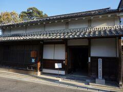 始めにやってきたのは伊勢型紙資料館。江戸時代末期の建物で、白子屈指の型紙問屋だった寺尾斎兵衛家の住宅を活用した施設です。