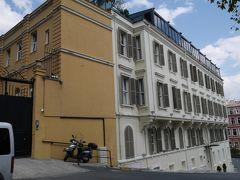 """15分程歩いて、トムトムスイーツ(Tomtom Suites)に到着です。 http://www.tomtomsuites.com/  HPによると、建物の歴史は1850年まで遡りますが、現在の建物は1901年に""""Soeurs Garde-Malades Apartment""""として建てられたそうです。かつてはFrench Palace(Google mapによるとフランス大使公邸…??)の別棟があり、フランシスコ会の修道女達が居住。そして1920年頃まで、レヴァントやギリシャ系の家族が住んでいたそうです。  20室のみの、ブティックホテル。Small Luxury Hotel of the Worldに加盟しています。ホテル予約サイトでも、抜群に評価の高いのですが、今回泊まってみて、納得・・・!  立地は良いのですが、傾斜に立っているので、大きな荷物がある方は、タクシーを利用した方が良いのかなと思います。"""