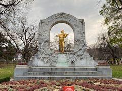 市立公園が、ホテルの目の前でしたので、毎朝散歩をしました。  江戸時代末期、公園ができたそうです。  ヨハンシュトラウス2世像は金色でした。 シューベルト、ブルックナー、レハールの像があります。