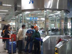 MRTの駅まで移動 コンパクトな空港で、MRTの駅も近いし、駅に降りるエスカレーターやエレベーターも4機くらいありました 台北の悠遊カードを1枚持っており、バスに乗るときに1枚で何度もピッとするのが面倒になり、インフォメーションにて高雄の交通カードipassを購入 6歳以上は大人と同料金と言われ、IPassを2枚購入 200元(760円)ずつチャージ ここまでで1時間かかりました