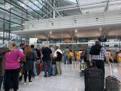 で、飛びまして、翌日のミュンヘン空港です(爆)。 お昼過ぎのフライトの為、この日は朝食食べてからそのまま空港に。 SQのカウンターなかなか並んでますね。