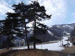 白馬五竜スキー場 雪があるのは半分未満? スキー場とは思えぬ光景です