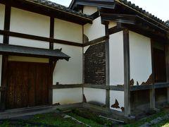 熊本城。 本丸御殿の側の建物の白壁も漆喰が割れて下地が覗いている。