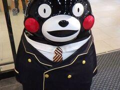 熊本駅のくまモン。 熊本ではくまモンに出迎えられ、くまモンに見送られた。