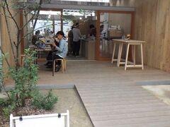 Park Side Coffee & Tea。 上通アーケード街に面する。