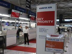 ということで... 木曜に急きょ大韓航空のソウル行きを予約。 直前&年末ということでエコでも安くはないけど仕方ない(-_-;)  日曜日の仕事終わりに成田へ直行! KE704にチェックインです。