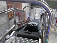 ソウル駅でA'REXから地下鉄1号線への乗り換えです。  乗換通路には階段が2か所あり 以前は、階段脇の急なスロープを使いながら上っていましたが ベルトコンベアが設置されました。これは便利です。