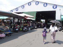 かき氷屋さんの次に向かったのはこちらの市場です。