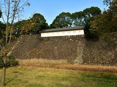 江戸城富士見多聞櫓 通常は一般公開されていない西の丸から望む。 本丸からだと平屋建ての建物にしか見えないが、この位置からだと石垣の上に建てられているのが分かる。