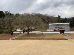 こちらは講堂の隣にある、孔子廟と閑谷神社。孔子廟は左側で、右側の工事中の所が閑谷神社。閑谷神社はは創業者のお殿様を祀るところだが、お殿様でも、孔子に敬意を表して、敷地が一段低くなっております。