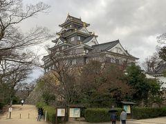 岡山城へ。豊臣時代の大阪城を模して作ったとかで、広島城とも似ています。まあ、岡山城は戦争の空襲で燃えて、1966年に鉄筋コンクリートで再建されたものなので、昔からのお城ではありませんが。再建するにあたって、1587年に宇喜多秀家が岡山に初めて天守閣を作ったものを復元しています。
