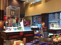 『小樽といえばルタオ』という知識しか持っていない2人ですので、まずはルタオのチョコ専門店に入ってみる。  お洒落な店内だなー!とキョロキョロしていると、やまたんが目ざとく何かを見つけましたよ。