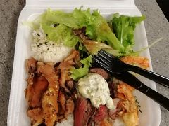 アラモアナセンターのフードランド・ファームズ内にある、ハイステーキ(HI Steaks)で夕飯。 最後の夕飯なのに、またプレート飯。 いいの、いいの!楽だし、美味しいし、安いし。 貧乏旅行の味方です。