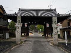 その池の西側に、目指す吉備津神社の参道があった。 鳥居を潜ると、江戸時代に建てられたという下随神門がある。 その門を潜ると、石灯篭が並ぶ長い参道があり、石段を上がると上随神門の前に出た。