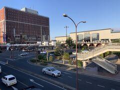 昨日まで岡山市内にいましたが、今日は倉敷へと行きました。 写真は、JR倉敷駅前の様子ですが、駅前はだいぶ前に整理した感じです。駅に向かって、右側はタクシー乗り場、左側がバス乗り場になっていました。
