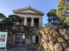 倉敷美観地区の中心の「大原美術館」。本館は、ギリシャ神殿のような外観をしています。ここにはスペインの画家「エルグレコ」の「受胎告知」という、本物の西洋絵画があります。これが見たくて来たようなものです。確かにすごい絵でした。しかも、ゆっくり観賞できるという夢のような時間でした。
