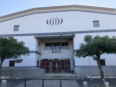 倉敷市公民館。このあたりの建物の中で、抜群に大きくて目立ちます。