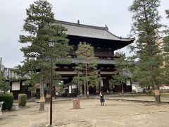 次は萬福寺へ。萬福寺は禅宗の一派、黄檗派の総本山。中国から渡来した隠元禅師が1661年に開創した寺院で、中華風の建物が特徴です。 写真は、萬福寺の山門です。