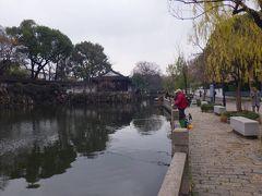 滄浪亭を出ると、水路沿いにとてものんびりとした「滄浪亭街」という街並みが続いていました。水路ではのんびりと釣りを楽しむ人がいたりしてとても風情のある街並みでした。