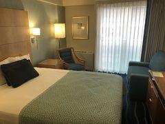 今日の宿である、アラモアナホテルに到着。ここで2泊します。 ホノルルマラソンツアーの皆さんは、ホテルに寄らずにゼッケン受け取り会場に直行するスケジュールになっているため、この時間のホテルのレセプションはガラ空き(本来繁忙期の日本からの到着時間帯は、チェックイン1時間待ちとかザラらしいのでよかった)。まだお昼前でしたが、部屋の鍵をいただくことができました。  実はここ、ホノルルマラソンのスタート地点から最も近いホテルで、アラモアナセンターから連絡通路で歩いて行けるという、マラソン参加者にとっては好立地。