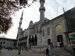 豪華なモスクですね 入場は無料ですが、寄付はあなた次第 信者の方々はこの寒い中、外の足を洗う場所で洗っていました 日本にも荒行とかありますが、無宗教派の自分には無理そうだなと思いました